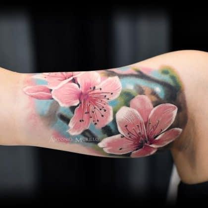 Fiori di ciliegio tatuaggio realistico
