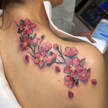 Fiori di ciliegio tatuaggio spalla