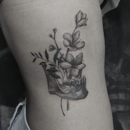 Tattoo fiore di ciliegio teschio