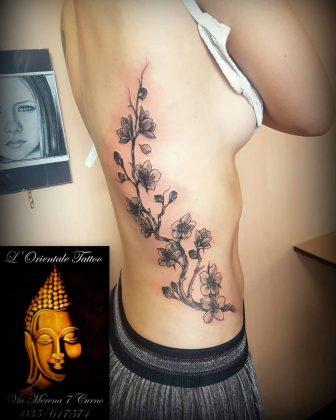Tattoo fianco fiori di ciliegio