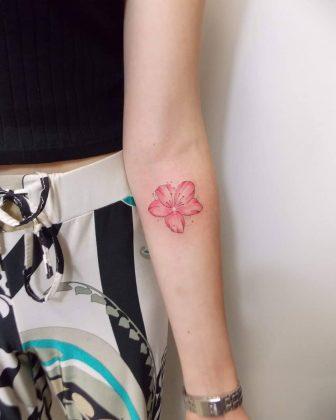 Tatuaggio stilizzato fiore di ciliegio