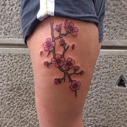 Tatuaggio fiori di ciliegio coscia
