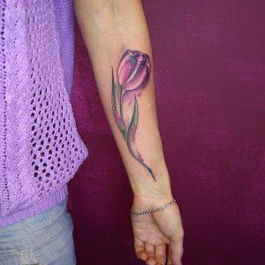 tatuaggio tulipano colorato by @tattoo.pepper