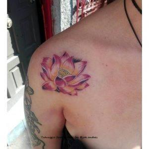 tattoo fiore di loto colori by @jota.andres