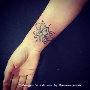 tattoo fiore di loto linee nere by @simona.nacar