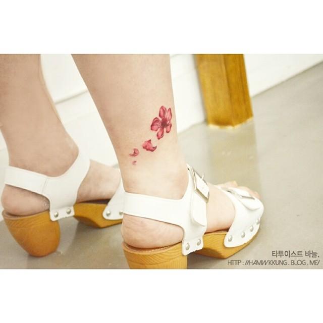 tattoo fiore di pesco caviglia by @tattooist_banul