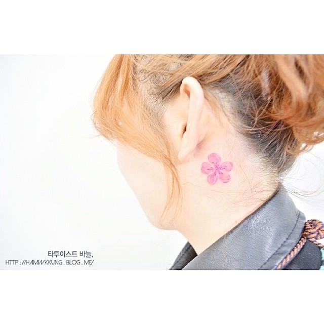 tattoo fiore di pesco orecchio by @tattooist_banul