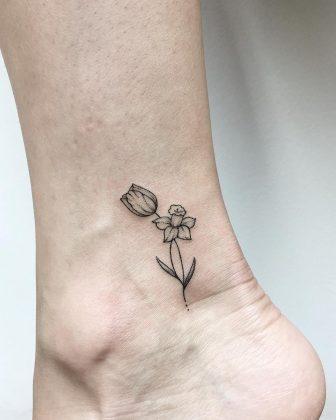 tatuaggio tulipano minimal by @dr.kate.tattoo