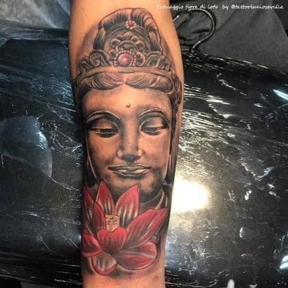 tatuaggio fiore di loto colori con budda by @tattooluciosevilla