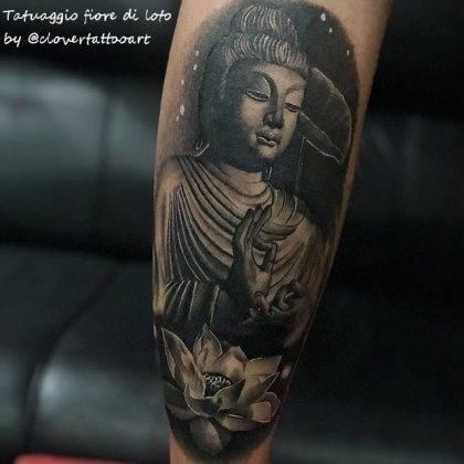 tatuaggio fiore di loto con budda by @clovertattooart
