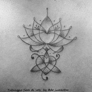 tatuaggio fiore di loto linee by @dr_inktattoo