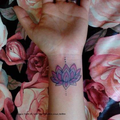 tatuaggio fiore di loto piccolo colorato by @diablo_azul_tattoo
