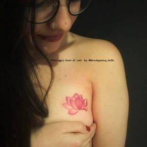 tatuaggio fiore di loto piccolo rosa by @blackpeony_tattoo