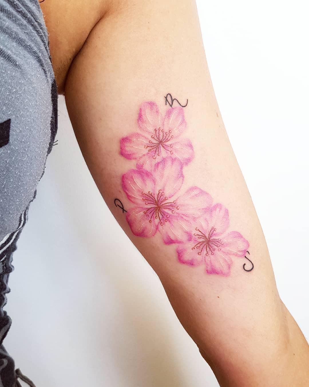 tatuaggio fiore di pesco by @blackinblacktattoo