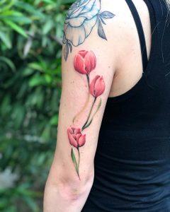 tulipano tattoo by @gloriamenclossi