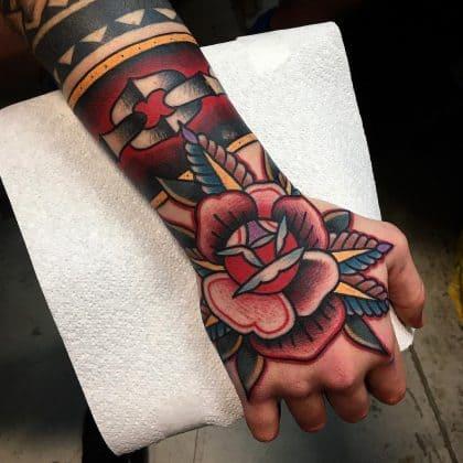 tatuaggio sulla mano
