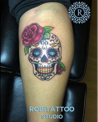teschio messicano con rosa e diamanti by @robitattoo_urbania