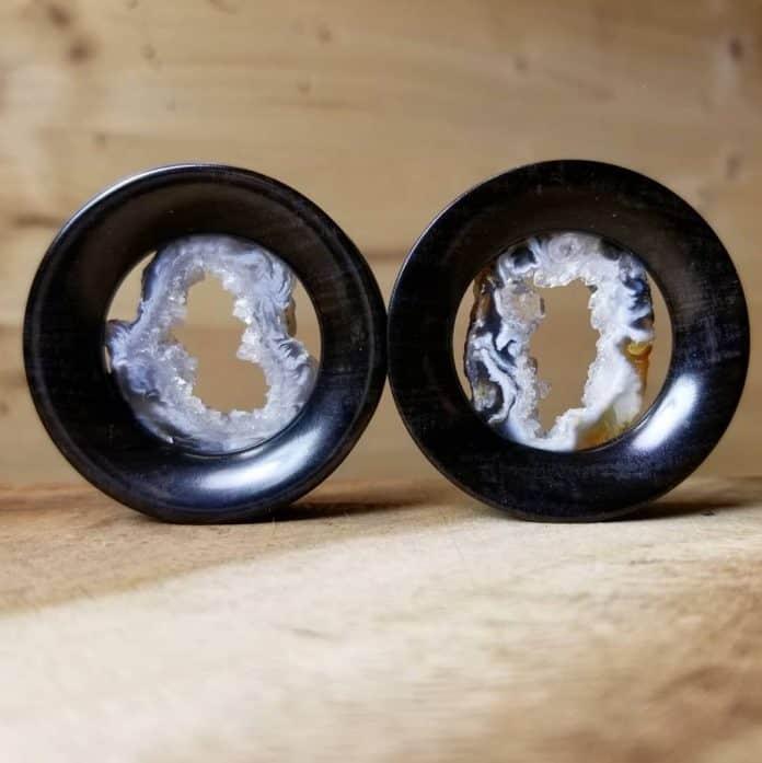 Piercing con flesh tunnel