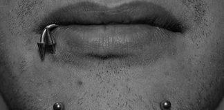 piercing al mento