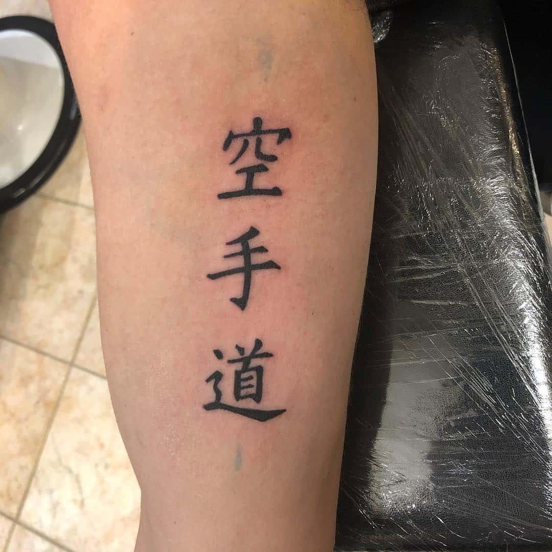 tattoo by @atanasio_gaeta. scritta giapponese tattoo braccio