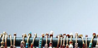 orecchini colorati