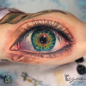 painting tattoo eye by @lauraegea_tattoo