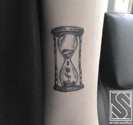 clessidra tattoo con fiore