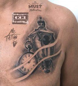 tattoo orologio con lanterna e fumo