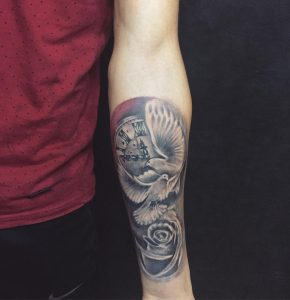 tattoo orologio con rose e colombe