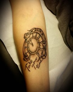 tattoo orologio con scritta