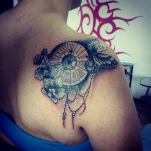 tattoo orologio fiori e farfalle