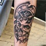 tattoo orologio ingranaggi e teschio