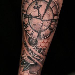 tattoo orologio rotto con rose