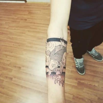 Tattoo carpa koi bianco e nero