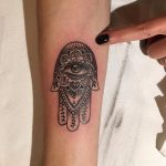 mano di fatima tattoo by @4lifetattoostudio