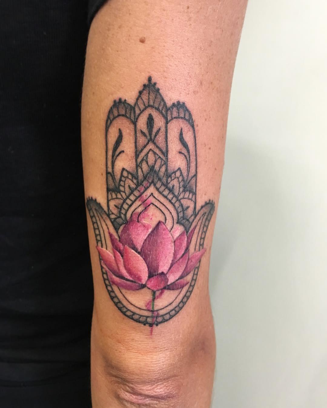 mano di fatima tattoo by @anita_olivetti