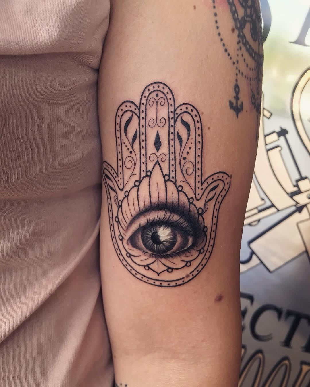 mano di fatima tattoo by @besalytattoo