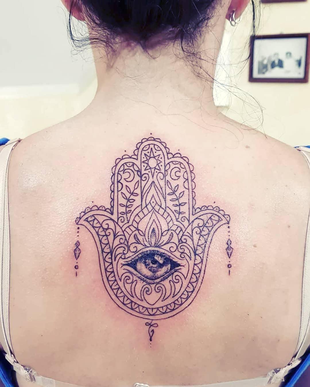 mano di fatima tattoo by @fabriziolanzotattoo