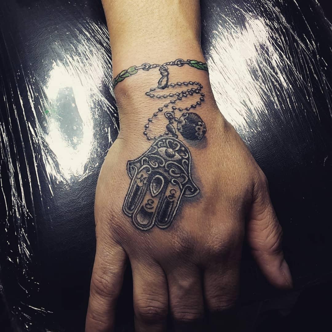 mano di fatima tattoo by @official_gis.artattoo