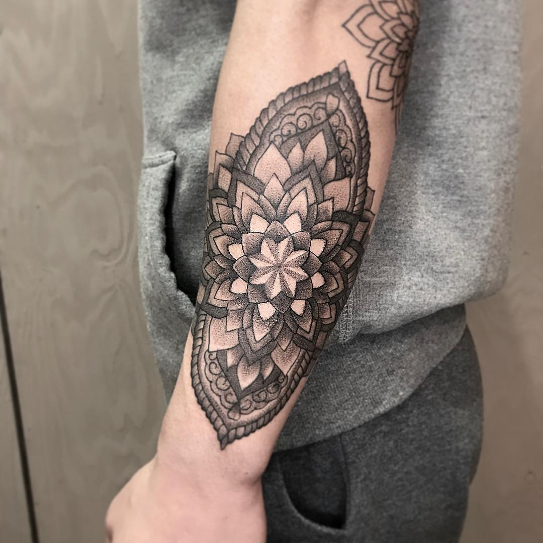 tattoo mandala by @tattooer_kuroinami