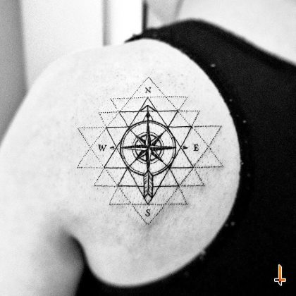 Tattoo rosa dei venti geometrico by @lazlodasilvaTattoo rosa dei venti geometrico by @lazlodasilva