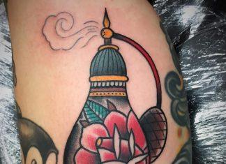 tatuaggi e bottiglie di profumo
