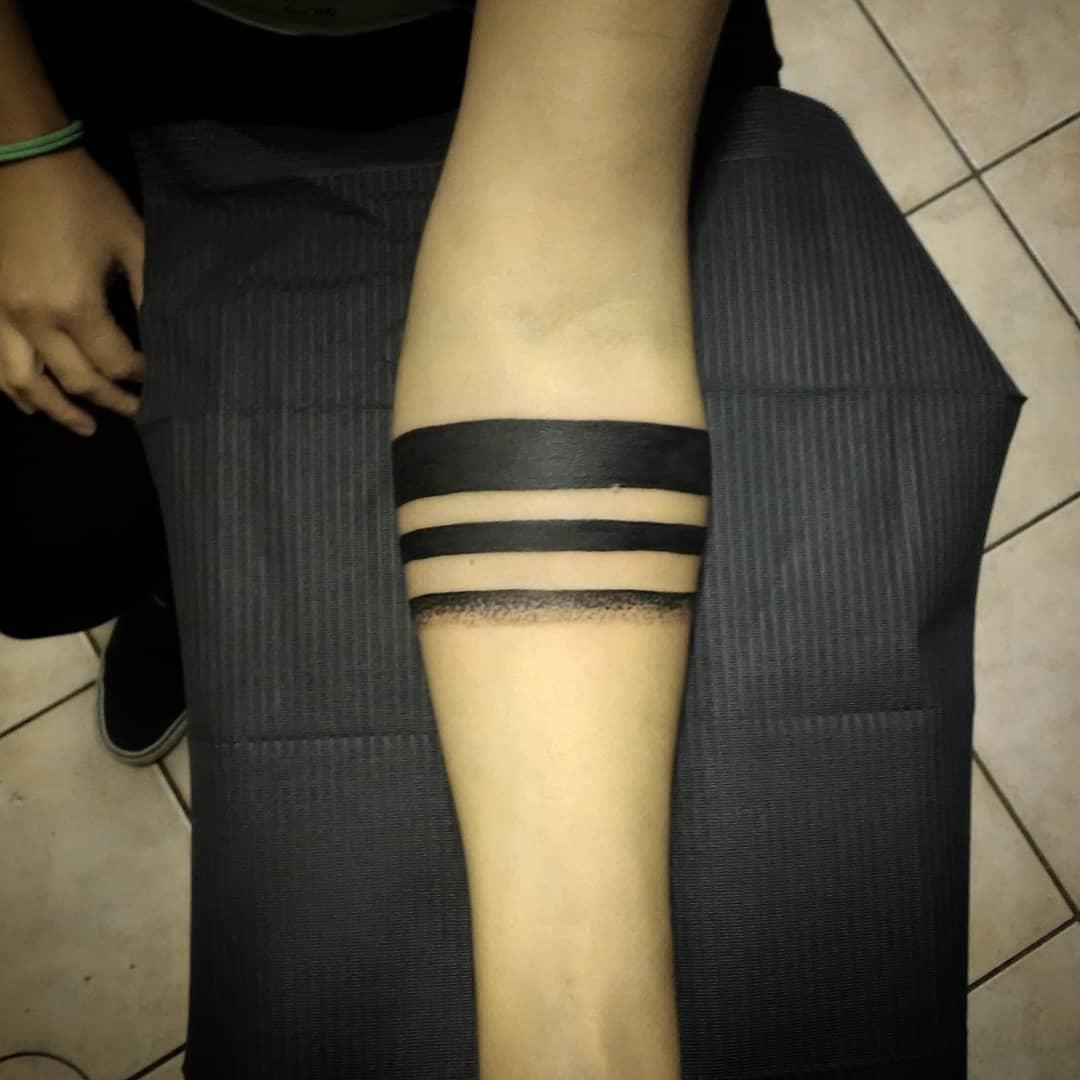 Tatuaggi linee nere significato | TatuaggiPiercing.it