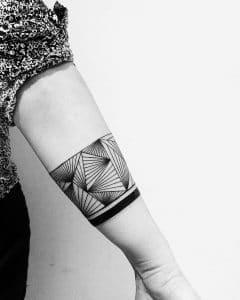 tatouage lignes noires géométriques par @evavanoverbeeke à @inkdistrictamsterdam