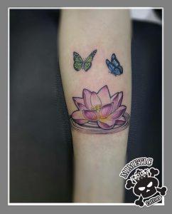 fiore di loto tattoo farfalle by @mimetictattoo