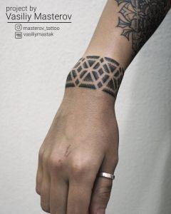 tatto black lines dotwork par @masterov_tattoo