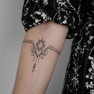 tatouage lignes noires fineline par @ ala.chaya_