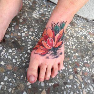tatuaggio fiore di loto colorato by @trent_d_tattooer