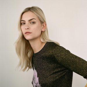 Stephanie Rad modella indossa Maria Tash