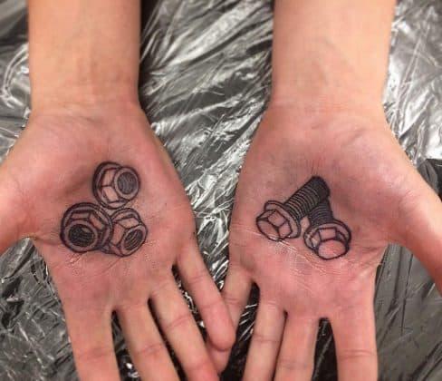 tatuaggi sulla mano meccanico